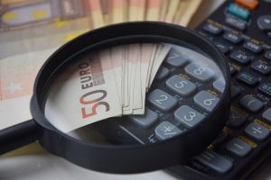 Bajohr Lupenbrille Preisvergleich; Lupe und Geldscheine